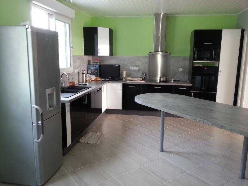 Cuisine sur mesure cuisine laqu e blanc noir brillant souprosse 40 cuisines sur mesure for Plan de travail stratifie sur mesure