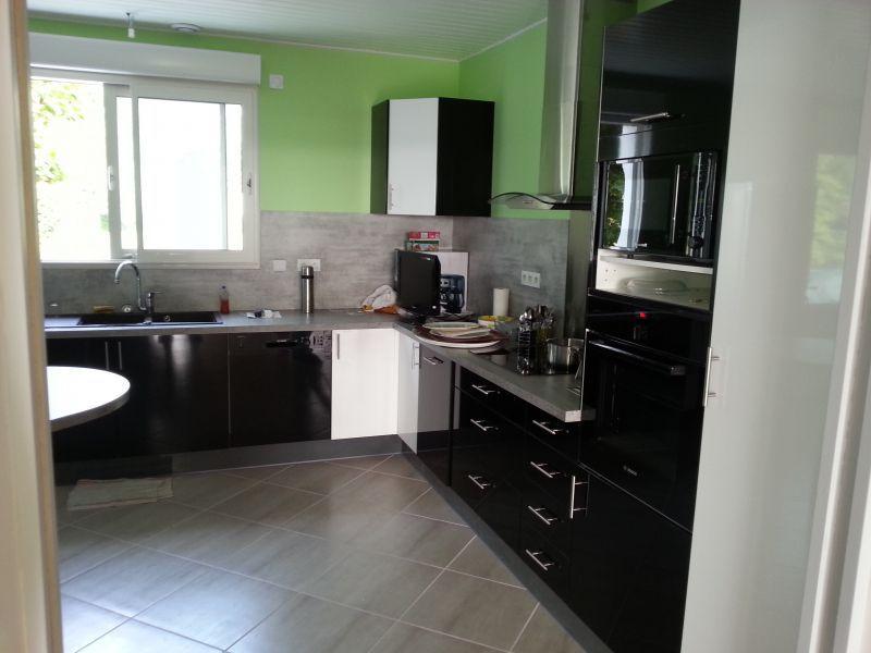 cuisine sur mesure cuisine laqu e blanc noir brillant souprosse 40 cuisines sur mesure. Black Bedroom Furniture Sets. Home Design Ideas
